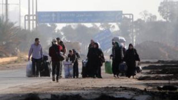 غیرنظامیان محله داهیه الاسد در غرب حلب را ترک می کنند