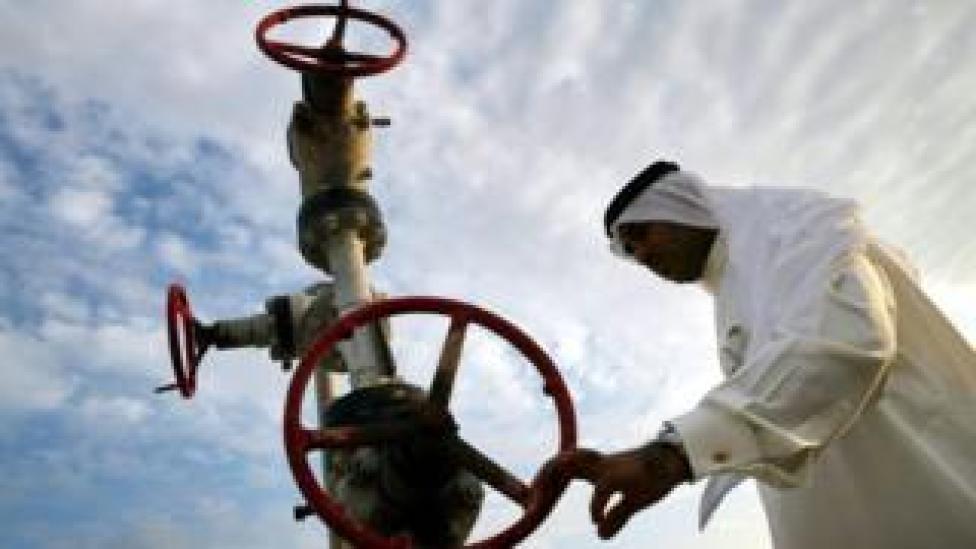 شخص ينظر إلى أنابيب غاز في البحرين