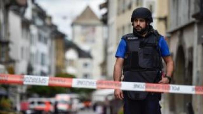 Selon les médias français, l'homme a tiré sur des policiers qui faisaient du jogging.