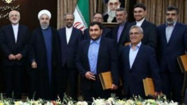 عبدالرسول دری اصفهانی در کنار تیم مذاکره کننده و رئیس جمهور ایران