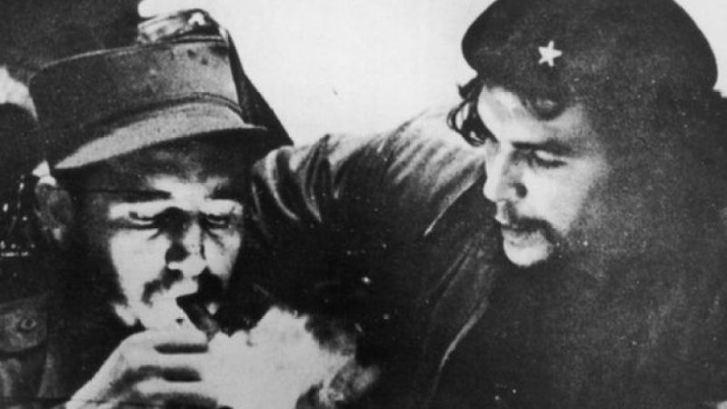 Fidel Castro (solda) və Ernesto Che Guevara