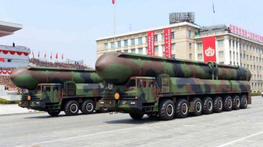 حاملة الصواريخ خلال العرض العسكري الكوري الشمالي