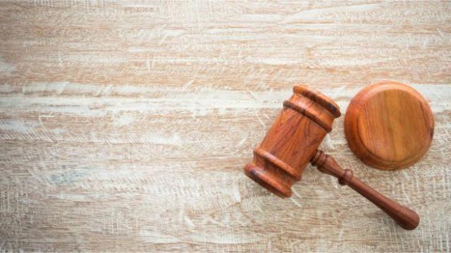 Martelo de madeira, associado à figura de juízes