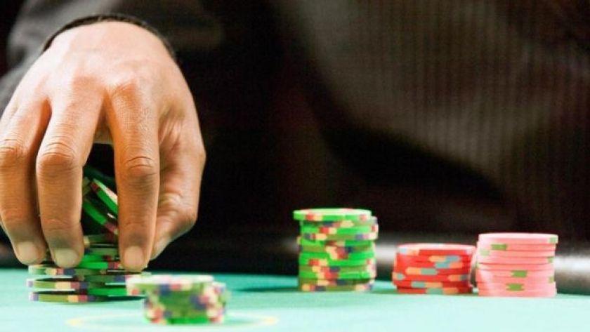 Kumar oynayan bir el