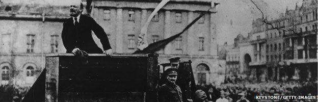 Trong hình nguyên gốc, Lenin có Trotsky đứng cùng