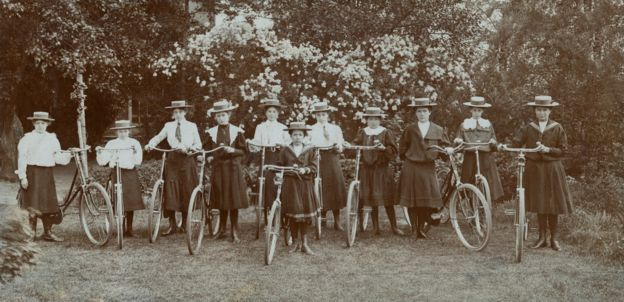 Girls cycling 1900