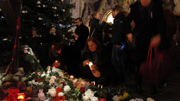 Pessoas deixam flores no mercado de Natal em que 12 pessoas foram mortas por um caminhão (Foto de Michele Tantussi/Getty Images)