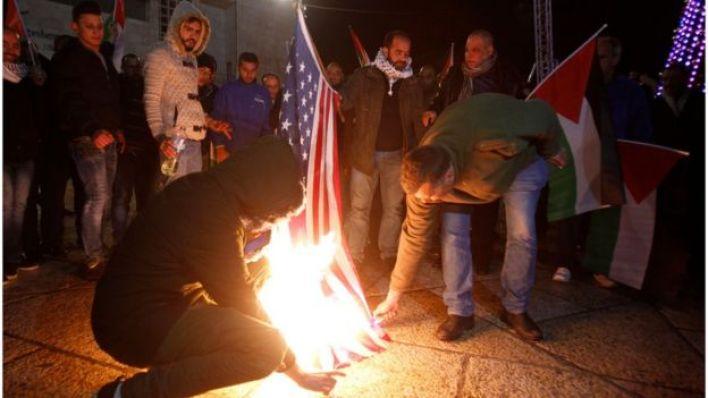 أثار قرار الرئيس الأمريكي دونالد ترامب الاعتراف بالقدس عاصمة لإسرائيل موجة من ردود الفعل العربية والدولية الغاضبة والرافضة لهذا القرار