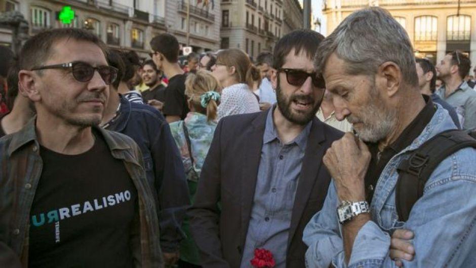 Tres destacados miembros de Podemos en la manifestación por el referendo en la Puerta del Sol de Madrid.