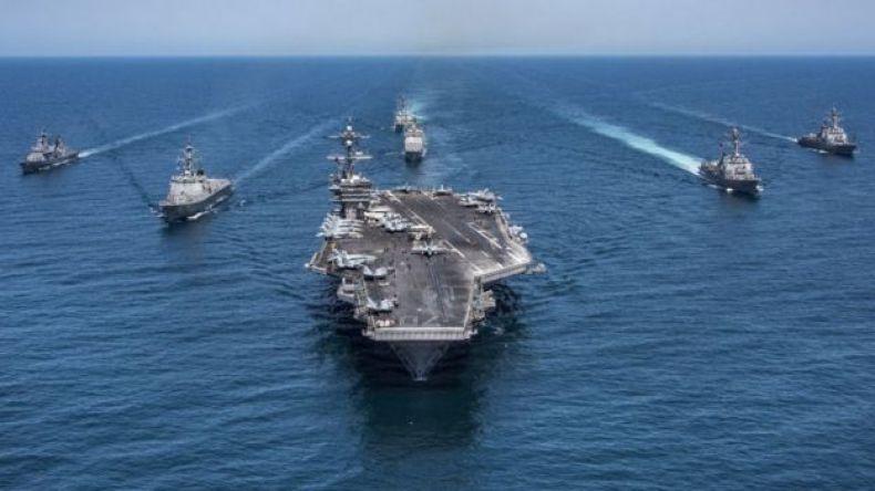 Varios barcos de guerra estadounidenses en el mar