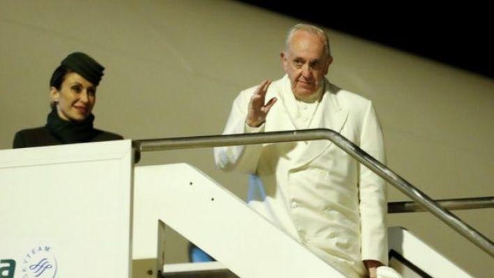 البابا فرانسيس (يمين)