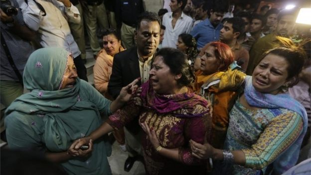 Relatives of victims at a hospital in Lahore, Pakistan (27 March 2016)