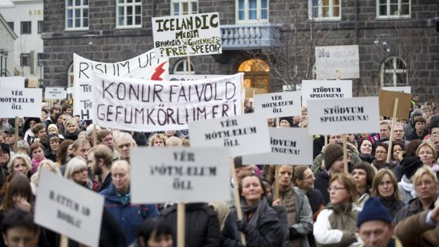 Protestors complain about the government's handling of the financial crisis in 2008