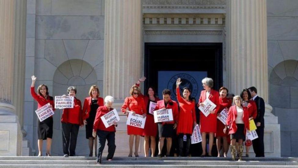 Un grupo de congresistas demócratas abandonaron su jornada laboral para unirse al