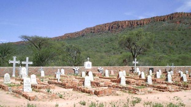 Filas de lápidas de tumbas de soldados alemanes