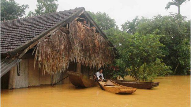 Ít nhất 71.000 ngôi nhà dân bị ngập trong nước lụt ở tỉnh Quảng Bình, theo số liệu thống kê ban đầu.