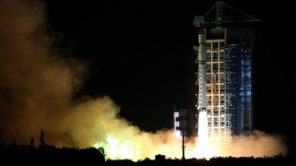 El satélite en el momento en que es lanzado desde el desierto de Gobi.