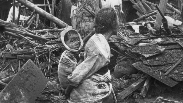 Una mujer acarrea un bebé herido en los bombardeos en las calles de Pyongyang.