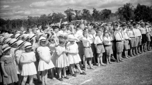 Niños en Pinjarra escuchan un discurso del duque de Gloucester. GETTY IMAGES