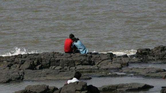 Um casal se abraça na orla da cidade de Bombai, na Índia