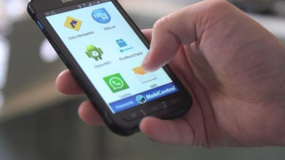 Pessoa usa software da Soti no celular