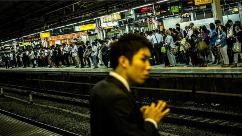 İstasyonda metro bekleyen insanlar