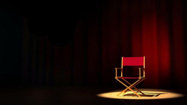 Cadeira vermelha de diretor vazia