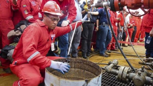 Homem trabalha em petrolífera