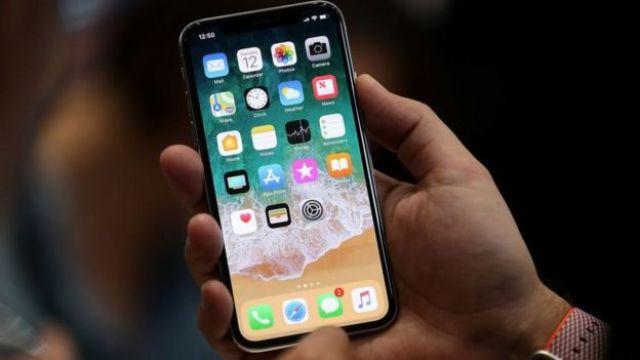 Usuario con celular en la mano
