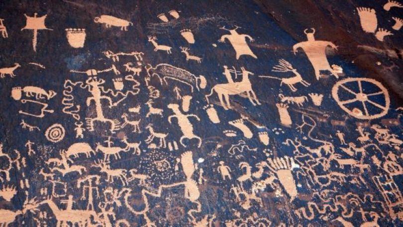 Uma roda entre gravuras rupestres