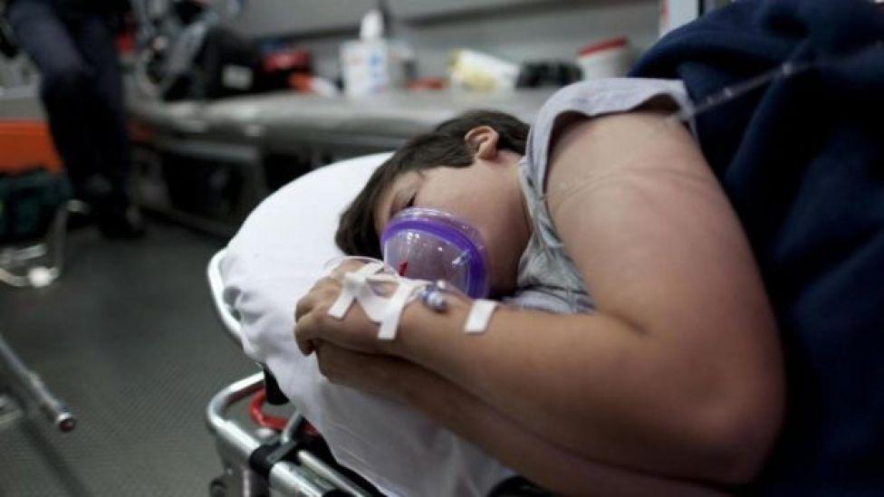 Un joven en una camilla de hospital