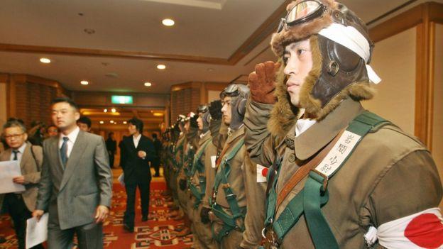 Hombres vestidos con uniforme kamikaze mientras el entonces gobernador de Tokio ofrecía una conferencia de prensa para promocionar su película
