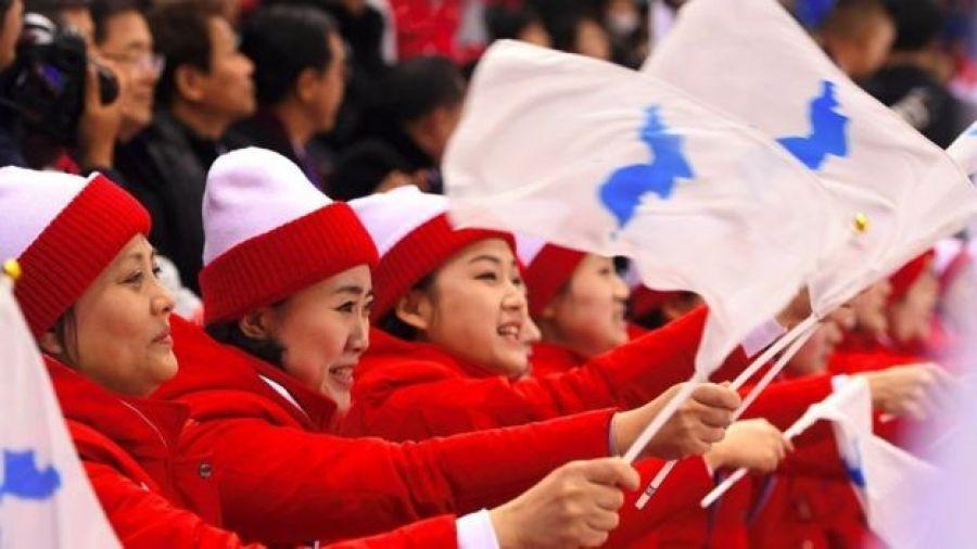 """Porristas norcoreanas con la bandera de """"Corea unificada""""."""
