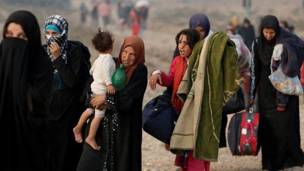Displaced women and girls at Qayyarah, south of Mosul, Iraq (26 October 2016)