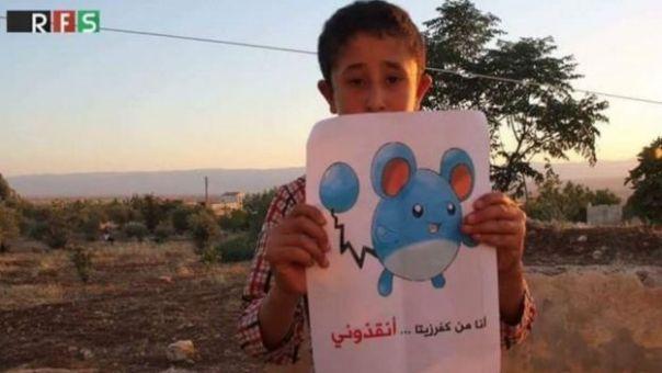 Foto de un niño que sostiene un dibujo de un Pokémon, pidiendo ayuda