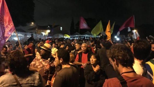 Manifestantes favoráveis a Lula perto da PF