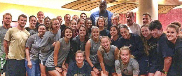 Las jugadoras de FSU y Shaquille O'Neal (Crédito: FSU Soccer).