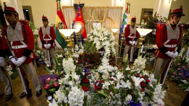 Soldados escoltan el féretro con los restos de Rodolfo Illanes