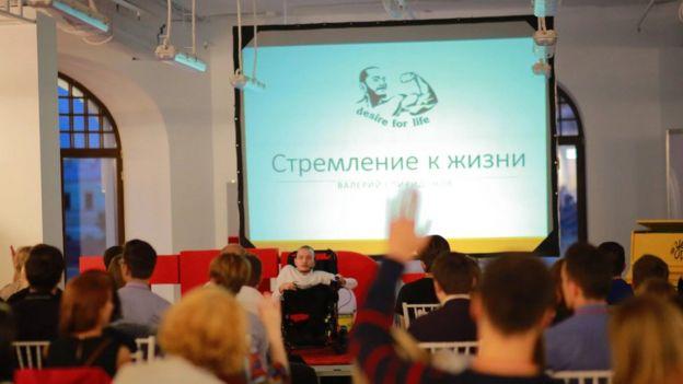 El ruso dando una charla sobre la organización Desire for Life.
