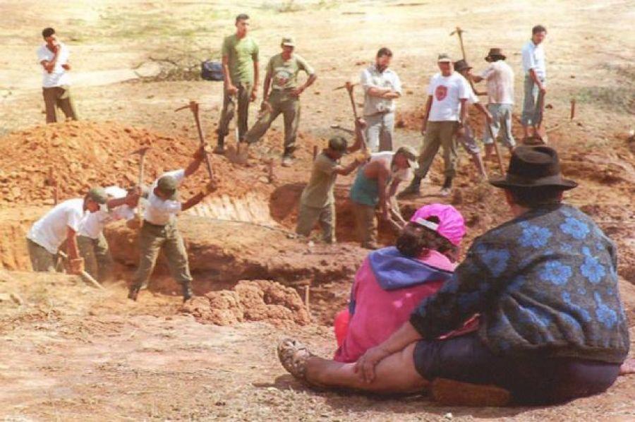 Soldados trabalham em uma das covas