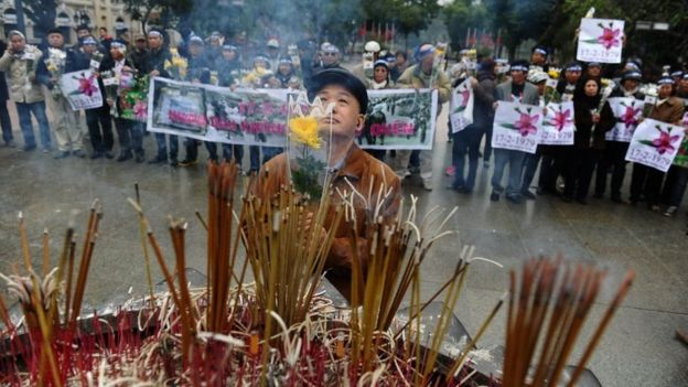 Thắp hương tưởng niệm nhân kỷ niệm ngày cuộc chiến biên giới bùng nổ, 17/2/1979 tại chân tượng đài Vua Lý Thái Tổ ở bên Hồ Hoàn Kiếm, Hà Nội.