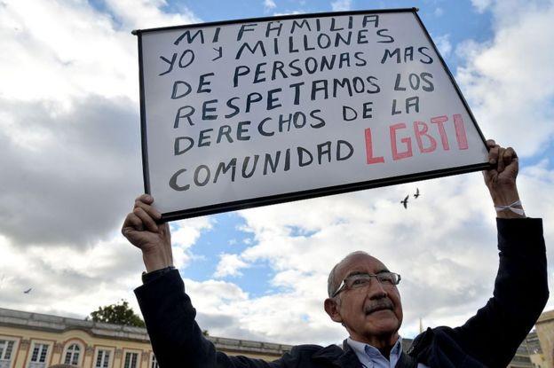 Hombre con cartel a favor de la comunidad LGTB en Colombia