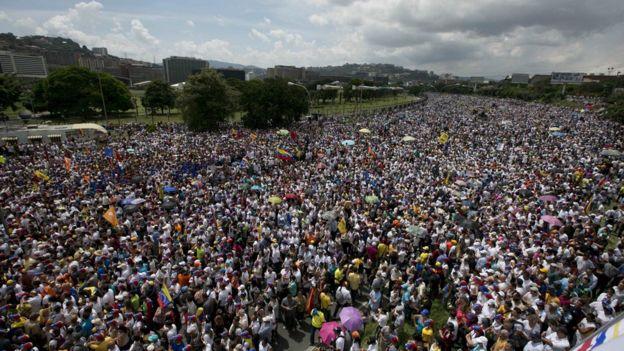 Hàng trăm ngàn người tuần hành chống ông Maduro hôm thứ Tư