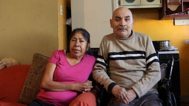 Miguel Ángel Esparza y Patricia Moreno en el sofá de su casa.