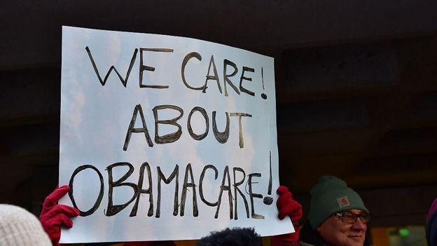 Cartel que dice: Nos importa el Obamacare