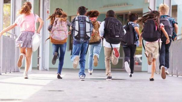 Niños corriendo en una escuela.