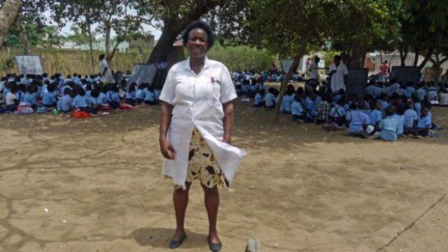 Diretora pedagógica Joana Bazine em frente a 8 salas-árvore