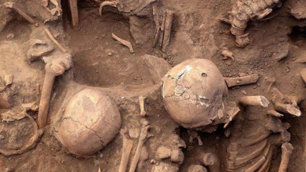 Esqueletos descubiertos en la pirámide en 2013