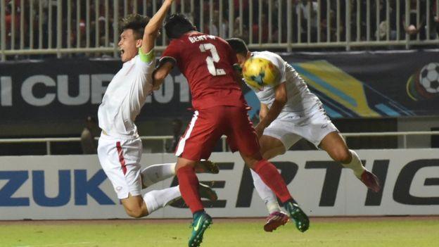 Beny Wahyudi đẩy cầu thủ đội Việt Nam dẫn tới quả phạt đềntrong trận bán kết lượt đi AFF Suzuki Cup 2016 ở Cibinong, West Java, Indonesia