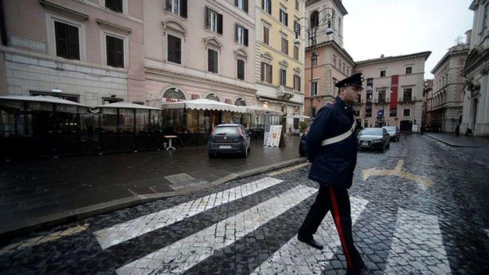 Kapatilan restoranların önünde polis